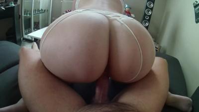 Une jeune milf en lingerie sexy se prend une bite dans son gros cul !